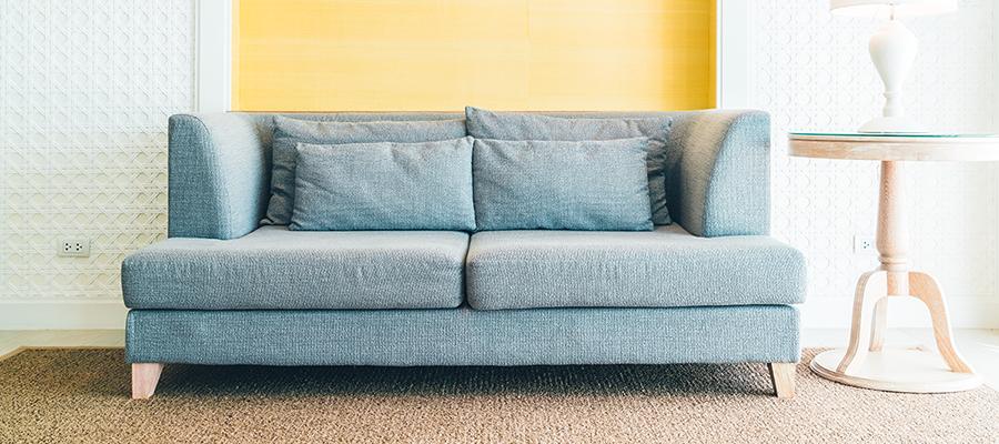 Fazer a limpeza do sofá agora é muito simples. Confira dicas úteis para limpar e manter sempre limpinho o seu sofá. Veja essa e mais dicas de limpeza!