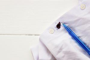 Se você estava na faculdade, trabalho ou em casa e um acidente aconteceu: veja dicas rápidas para tirar mancha de caneta da roupa de forma prática e rápida.