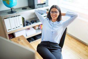Você sabia que dá pra limpar de forma muito rápida a cadeira de escritório? entre e veja dicas que irão te ajudar a manter esse item sempre limpo!