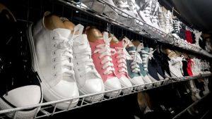 Separamos 12 dicas de como organizar os sapatos. Acesse e veja. Prometo que são todas dicas práticas