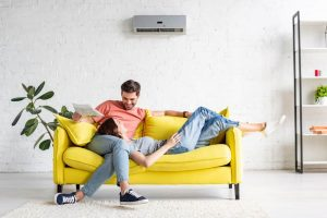 pessoas sentadas em um sofá ideal para o tipo da sala